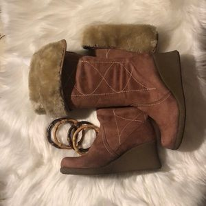 Furry wedge winter 👢 boots.